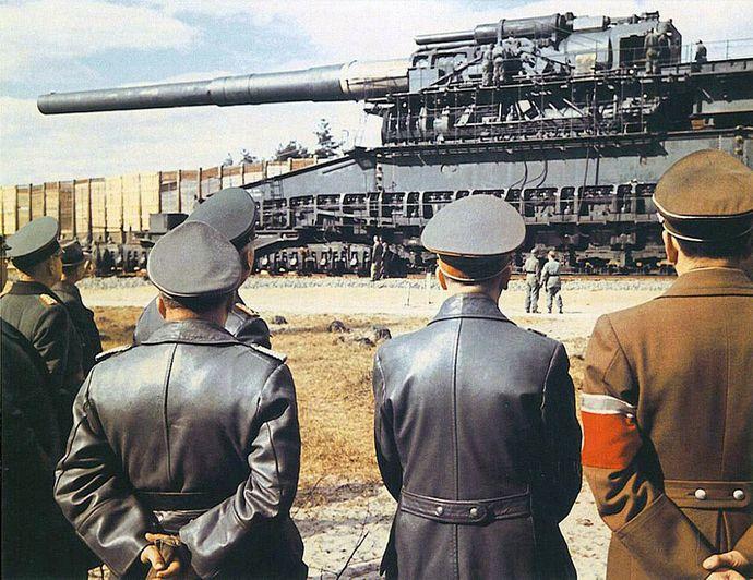 1280px-Hitler-gustav-railway-gun