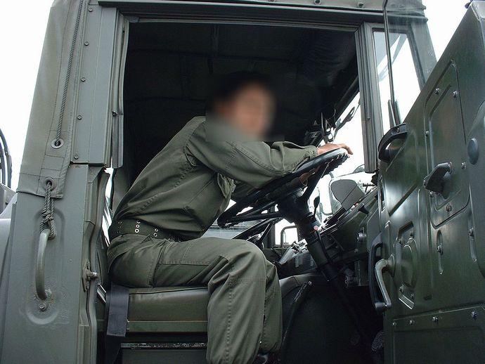1280px-73式大型トラック初期型(教習車)内部