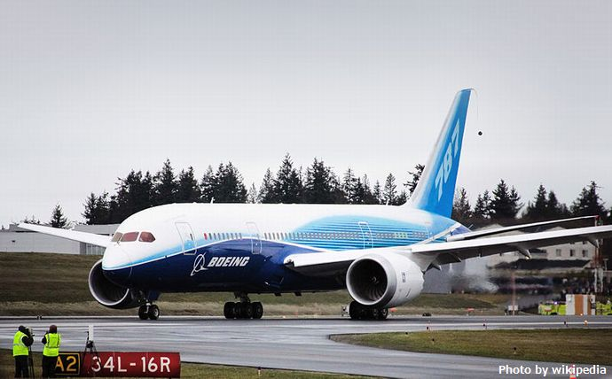 800px-Boeing_787_first_flight_taxi_turn