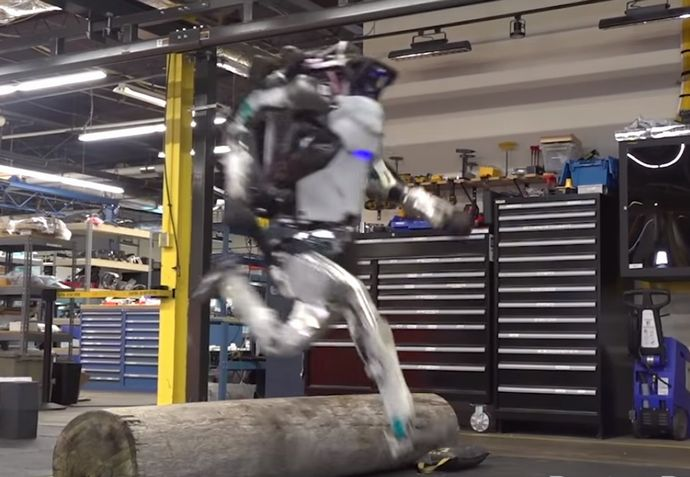 「中に人が入ってるんでしょ?」…あの二足歩行ロボット「Atlas」がさらに進化、自然で見事なジャンプを披露(動画)!