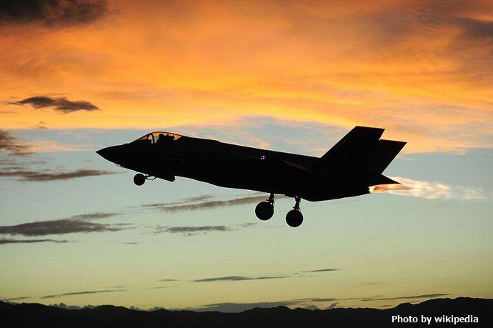 800px-F-35_night_flight