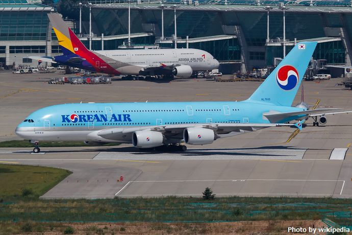 Korean_Air_and_Asiana_Airlines_Airbus_A380_at_Incheon_Airport