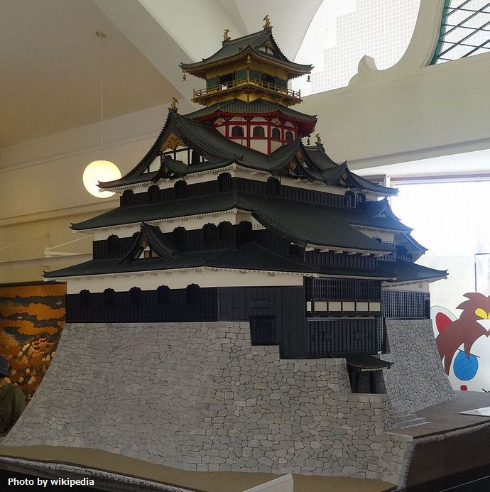 800px-Miniature_Model_of_Azuchi_Castle (1)