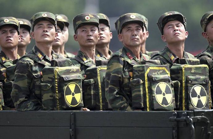 North-Korean-soldiers-turn-and-look-at-their-leader-Kim-Jong-Un
