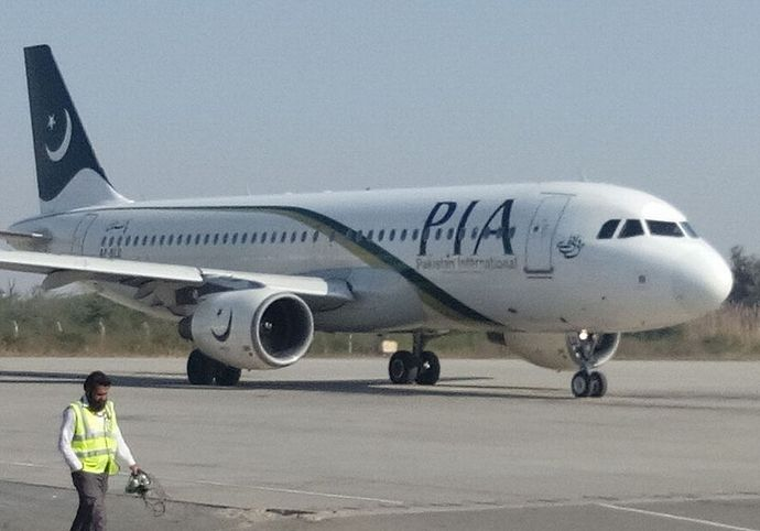 800px-Pakistan_International_Airlines_Airbus_A320-214_AP-BLD_(2)