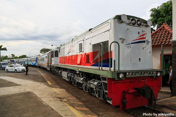 Yogyakarta_Indonesia_Train-at-Tugu-Railway-Station-04