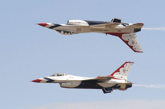 1280px-米空軍曲芸飛行チーム「サンダーバーズ」_カリプソ
