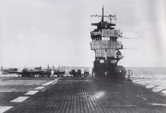 1280px-Japanese_aircraft_carrier_Akagi_Deck