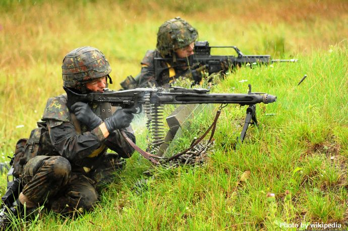 Two_Bundeswehr_soldiers_fire_their_weapons