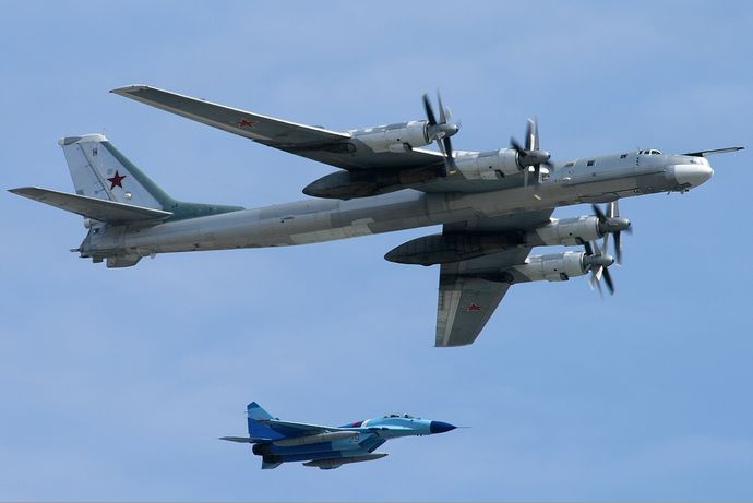 Tupolev_Tu-95_over_Moscow_Kustov
