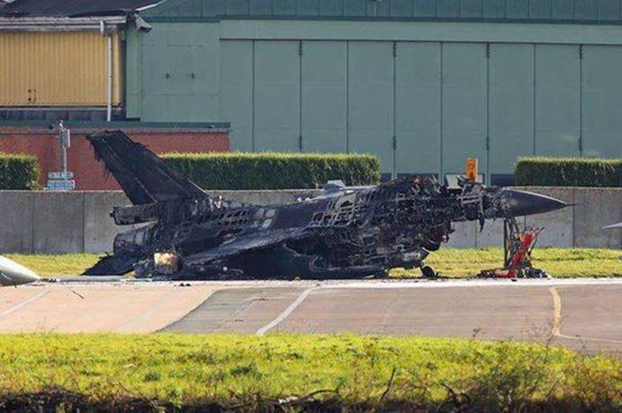 ベルギー空軍のF-16戦闘機を整備中に誤ってガトリング砲を作動させ駐機中のF-16を破壊!