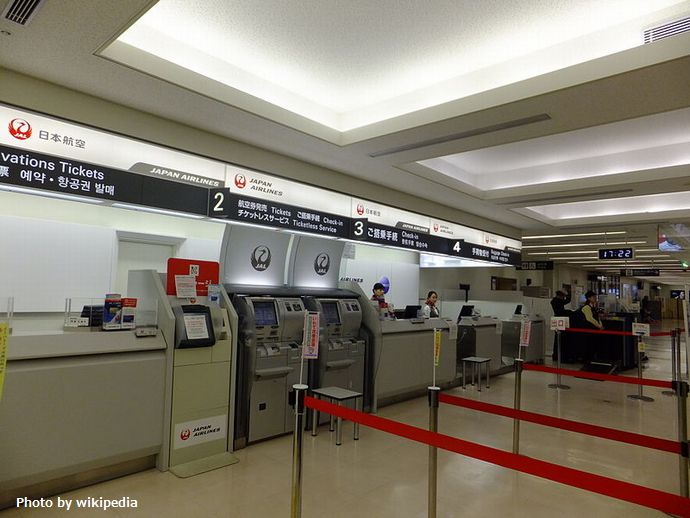800px-JAL_Check-in_Counter_in_Hanamaki_Airport_20121028