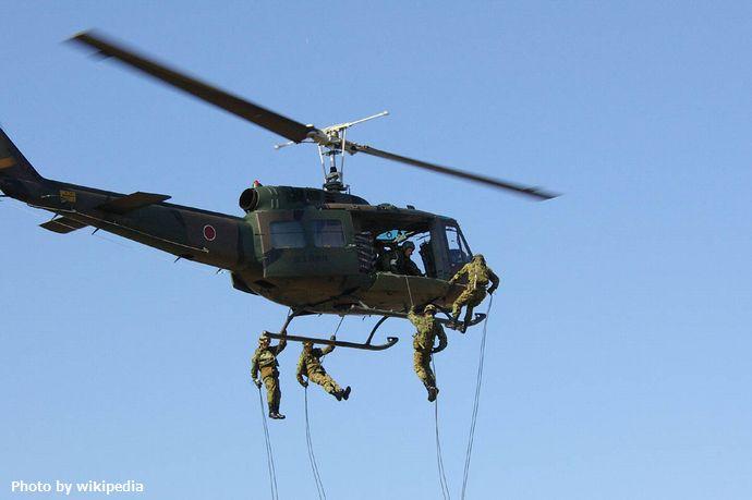JGSDF_UH-1H(rappelling) (1)