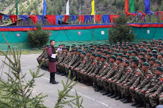 126-King met the Wing XI troops at Damthang, Haa (2015-5-18)