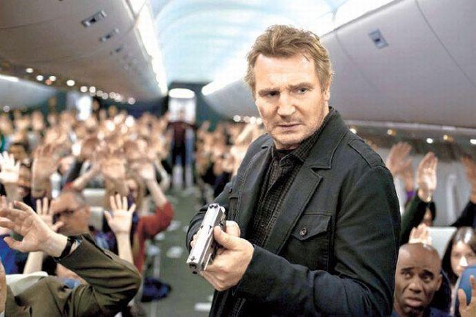旅客機内の治安維持に当たる新人女性保安官が機内トイレに実弾入りの銃を置き忘れ!