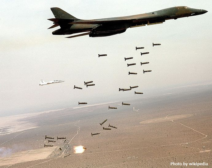1024px-B1-B_Lancer_and_cluster_bombs