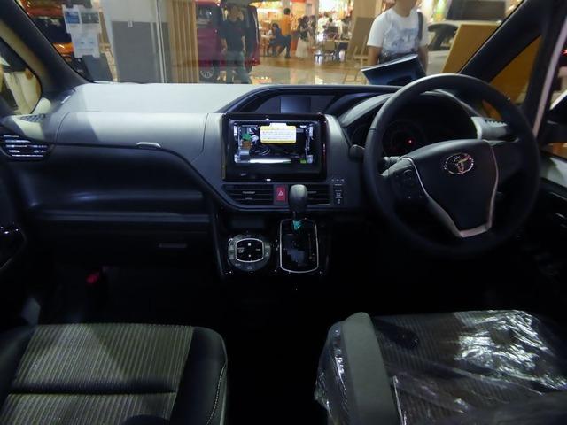 Toyota_VOXY_ZS_(DBA-ZRR80W-BPXSP)_interior