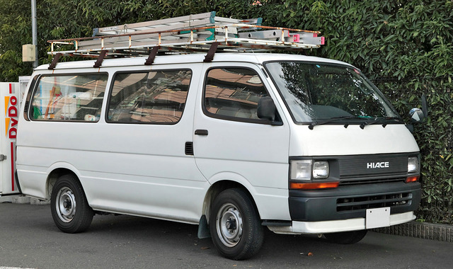Toyota_Hiace_100_long_van_001