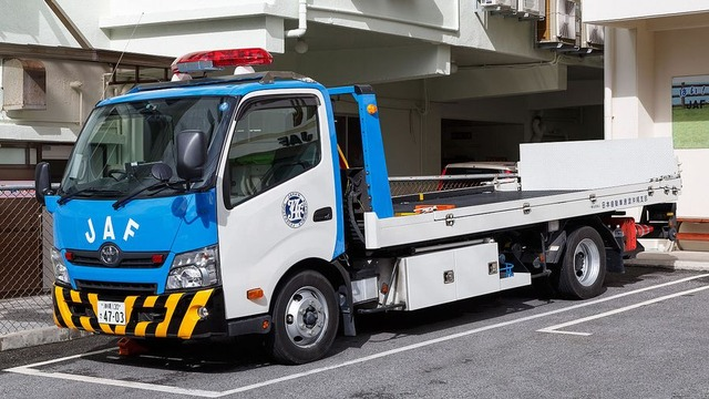 1280px-Naha_Okinawa_Japan_JAF-Towing-car-01