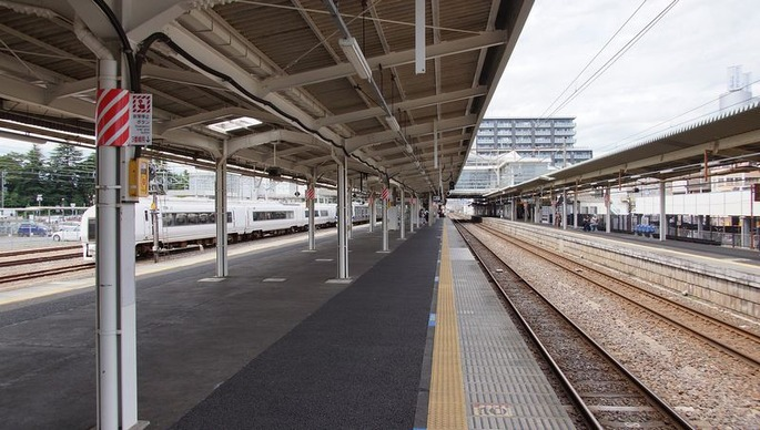 1920px-Katsuta_Station_platforms_20170603