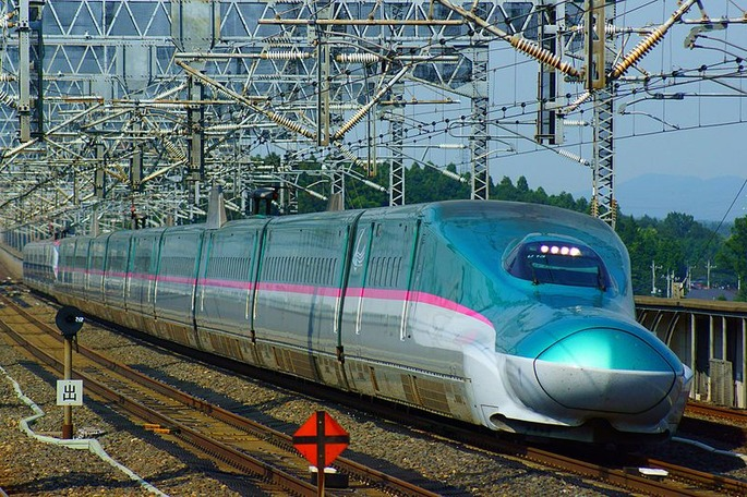 Shinkansen,_the_Hayabusa_and_the_Super-Komachi_super_express