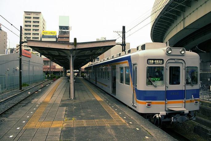 1280px-南海電鉄_汐見橋駅ホームと2202F