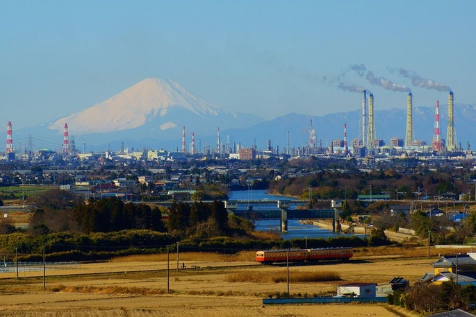 1920px-Mt._Fuji_and_Keiyo_petrochemical_complex