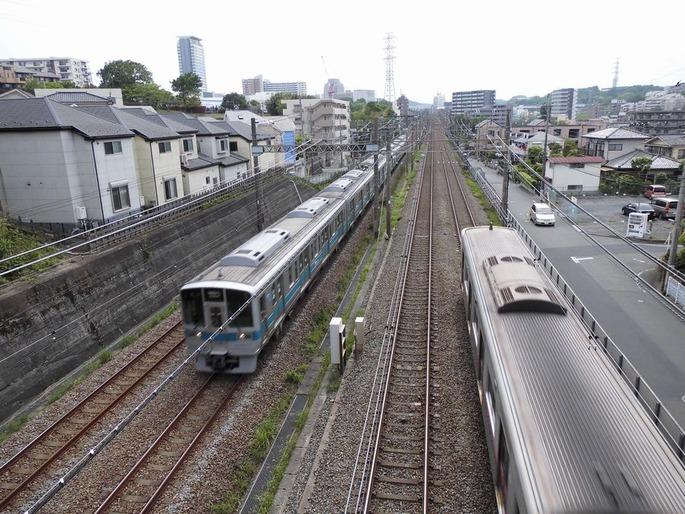 多摩市内で並走する京王線と小田急線140514