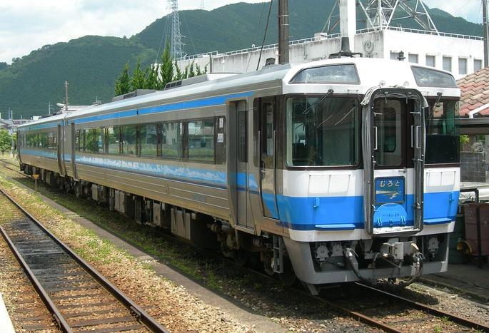 1280px-JNR-DC-Kiha185-muroto