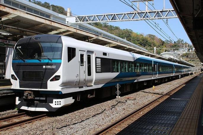 1280px-JR_East_E257-2000_NA-08_Atami_Odoriko_20200321