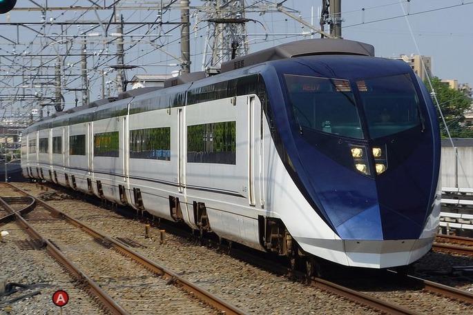 1280px-Keisei_Skyliner_passing_Higashi-Matsudo_station