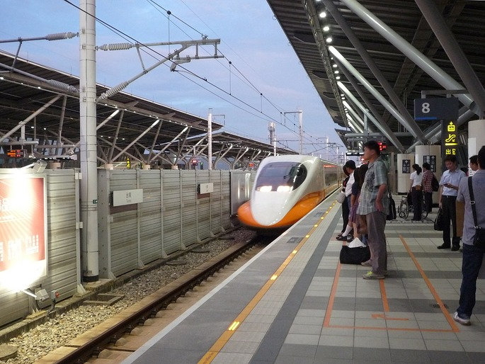 1280px-THSR_700T_train_at_THSR_Tainan_Station_20120726