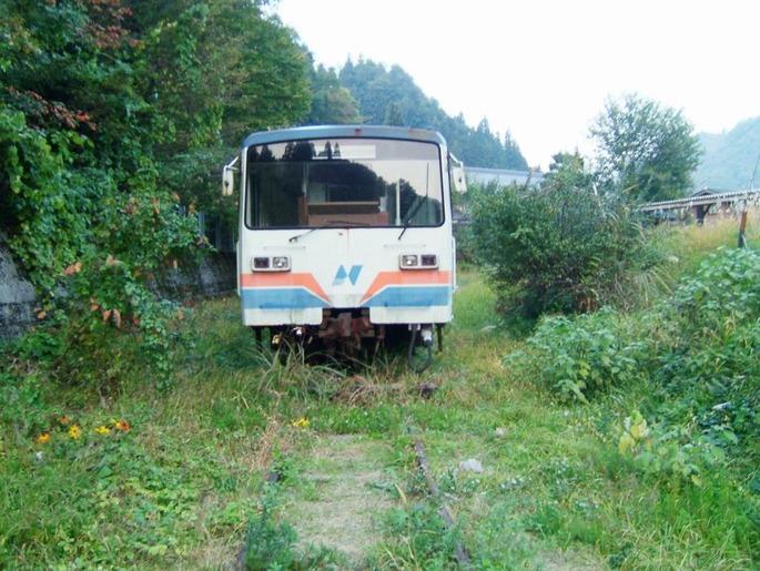 長良鉄道終点に置いてある_レールバス廃車車両_-_Panoramio_58030917