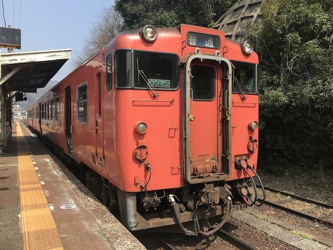 1280px-Train_for_Hiroshima_Station_at_Shiwaguchi_Station