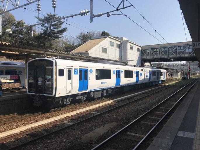 Train_of_Kashii_Line_at_Kashii_Station_9