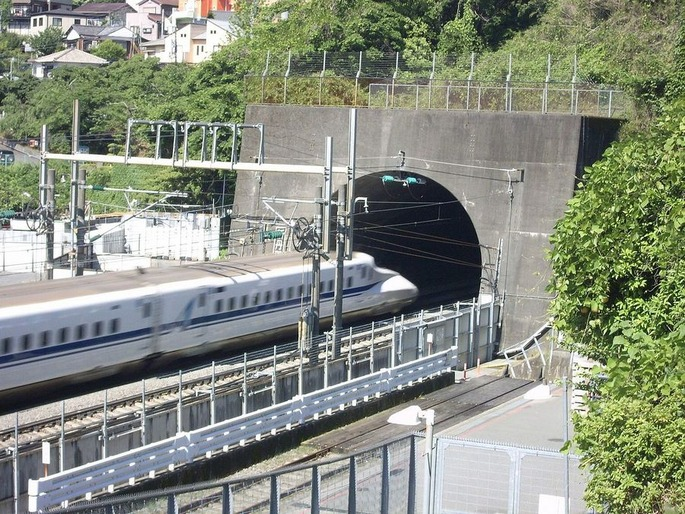 Tokaido_Shinkansen_Shin-Tanna_Tunnel_2