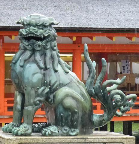 舞台前の狛犬