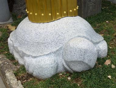 鳥居の下の亀