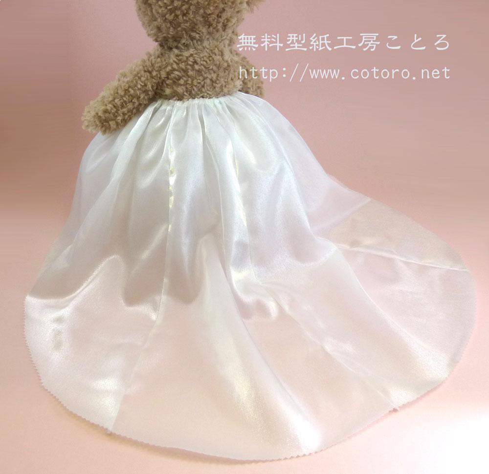 ドレスのスカート」の無料レシピです。この型紙では、後のスソが長いタイプ(トレーンあり)と、後の丈が前と同じタイプ(トレーンなし)の2種類が作れます。