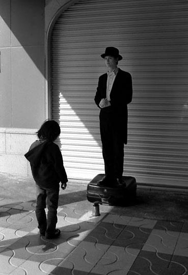 上野駅、パントマイム、2002-02-23-026bw.jpg