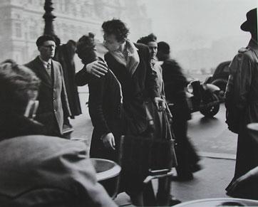 パリ市役所前のキス