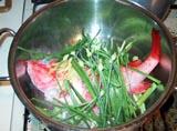 キンキと香り野菜を鍋に入れます。