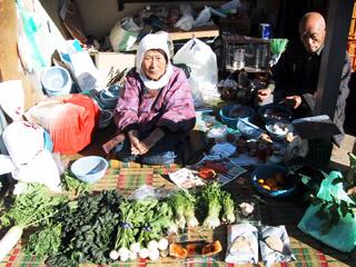 露天市で野菜や手作りの餅、漬け物などを売っています。