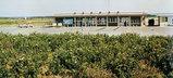 写真:生垣から眺める沖永良部空港前景