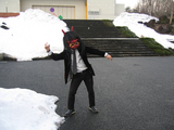 雪玉で遊ぶなまはげ塾長