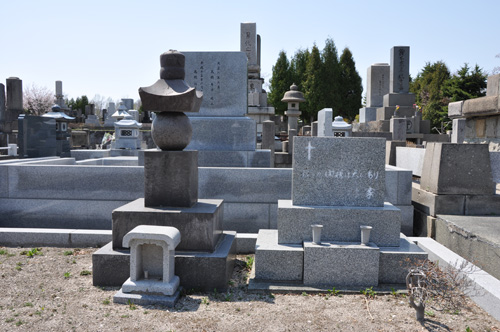 里塚霊園のお墓キリストと五輪塔