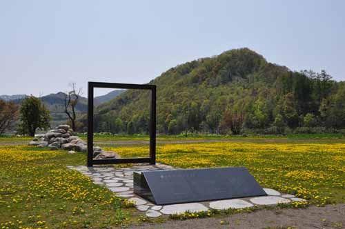 吉野記念碑とたんぽぽ3