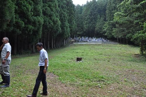 避難所となった部落の墓地