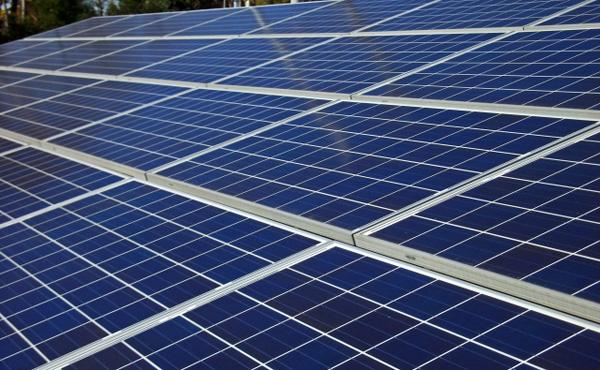 太陽光パネル、販売価格100万円、原材料費1000円、あまりの安さにリサイクル進まず
