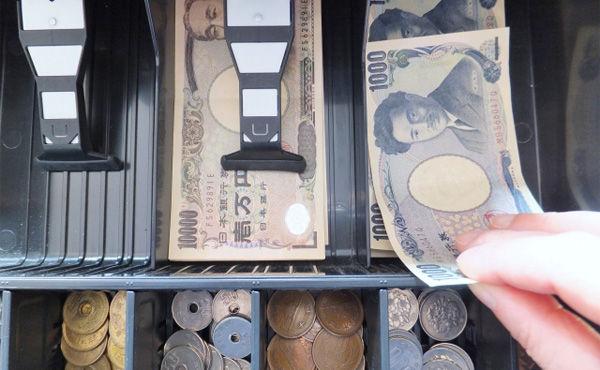 預金、スーパーのレジで引き出せる 金融庁が規制緩和へ